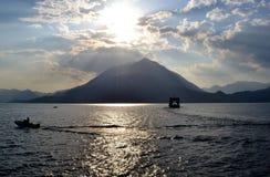 Красивый панорамный вид внутри освещает контржурным светом к озеру Como от прибрежной полосы озера Varenna стоковые изображения