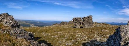 Красивый панорамный вид гор и камня ontantsy древесина песни природы влюбленности grouse одичалая Каменные обмылки естественного  стоковые изображения
