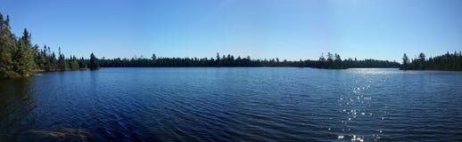 Красивый панорамный вид на озеро вод границы Стоковые Изображения RF