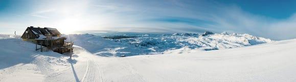 Красивый панорамный ландшафт зимы с piste стоковые фотографии rf