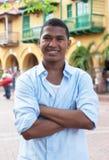 Красивый парень в голубой рубашке в красочном колониальном городке стоковые изображения