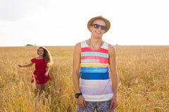 Красивый парень в поле и красивом ходе девушки Стоковое Фото