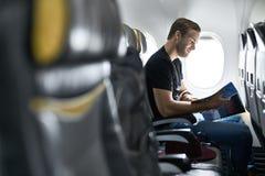 Красивый парень в самолете стоковые фото