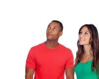 Красивый парень и его девушка смотря вверх стоковое фото