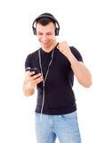 Красивый парень преуспевает для того чтобы побежать репертуар на мобильном телефоне Стоковые Фотографии RF