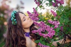Красивый парк женщины весной, запах сиреней стоковая фотография rf