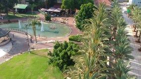 Красивый парк лета с голубями и фонтанами газебо видеоматериал