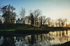 Красивый парк света после полудня публично с церковью Стоковые Изображения RF