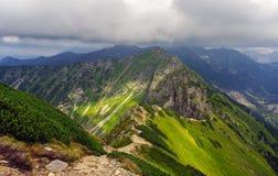 Красивый пейзаж горной тропы в горах Tatra Стоковые Изображения RF