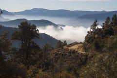 Красивый пейзаж горы на предпосылке облаков, слоях o Стоковое Изображение RF