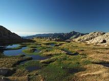Красивый пейзаж горы с голубыми лагунами в луге стоковая фотография rf