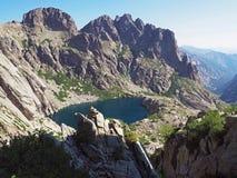 красивый пейзаж озера высокой горы в corsician alpes с Стоковое фото RF