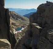 Красивый пейзаж озера высокой горы, который замерли с голубым небом стоковые фото