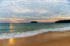 Красивый пейзаж океана на заходе солнца с волной на береге Стоковые Фотографии RF