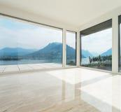 Красивый пентхаус, пустая живущая комната Стоковые Изображения