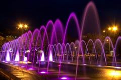 Красивый пестротканый фонтан в городе Днепр на ноче & x28; Dnepropetrovsk& x29; , Украина, стоковые фотографии rf