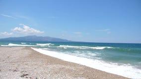Красивый песчаный пляж в теплой солнечной погоде видеоматериал
