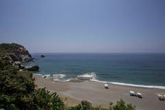 Красивый песчаный пляж с кристаллом - чистой водой Стоковая Фотография RF