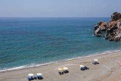 Красивый песчаный пляж с кристаллом - чистой водой Стоковое Изображение
