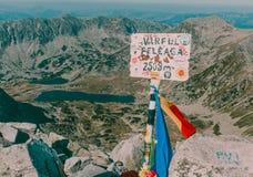 Красивый пик ландшафта горы Озеро Bucura вверху гора Peleaga в национальном парке Румынии Retezat Стоковое Изображение RF