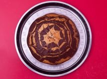Красивый пирог лежит на подносе spiderweb вкусно Стоковая Фотография RF