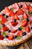 Красивый пирог с клубниками и голубиками с взбитым cr стоковые фото