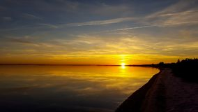 Красивый пляж захода солнца моря с драматическим небом Стоковая Фотография