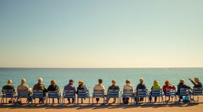 Красивый пляж и голубое море известной французской ривьеры лета, Стоковая Фотография RF