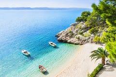 Красивый пляж около городка Brela, Далмации, Хорватии Makarska riviera, известный ориентир и путешествовать touristic назначение  стоковое фото