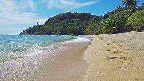 Красивый пляж песка и голубая морская вода с белым прибоем на тропическом острове в Таиланде видеоматериал