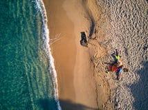 Красивый пляж со съемкой взгляда сверху семьи стоковое изображение rf