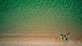 Красивый пляж со съемкой трутня вида с воздуха семьи верхней акции видеоматериалы