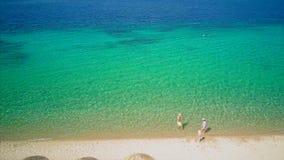 Красивый пляж со съемкой трутня вида с воздуха семьи верхней видеоматериал