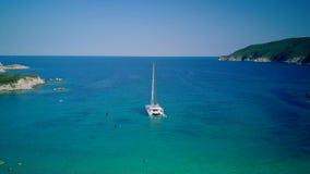 Красивый пляж со съемкой трутня вида с воздуха яхты верхней акции видеоматериалы