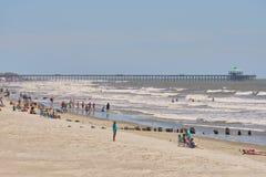 Красивый пляж сумасбродства, SC с пристанью в backgroun Стоковая Фотография