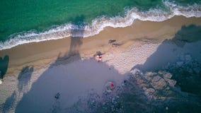 Красивый пляж с трутнем вида с воздуха семьи верхним снял, видеоматериал