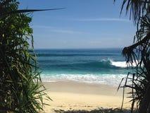 Красивый пляж, ясный песок, голубое небо, летнее время, тропический рай стоковые фото