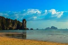 красивый пляж Ao Nang, Krabi, Таиланд Стоковые Фотографии RF