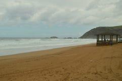 Красивый пляж Zarauz на дождливый день при сильный ветер причиненный временным Хьюго Природа перемещения ландшафтов стоковое изображение rf