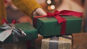 Красивый подарок в руках людей Подарок с красной лентой, ель Нового Года на таблице Человек сделал его себя и акции видеоматериалы