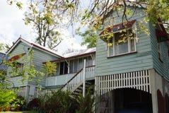 Красивый поднятый старый дом тимберса тимберса Стоковое Фото