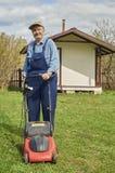 Красивый пожилой человек с травокосилкой Стоковые Изображения RF