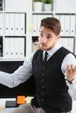 Красивый портрет бизнесмена на рабочем месте Стоковые Фотографии RF