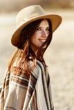 Красивый портрет битника женщины усмехаясь, с романтичным взглядом и стоковые изображения rf