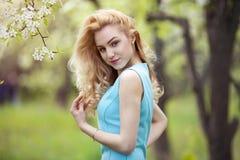 Красивый портрет весны женщины, усмехаясь девушка с цветками внешними, беспечальная молодая женщина на природе Стоковые Изображения