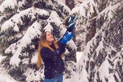 Красивый портрет девушки в лесе зимы Стоковые Изображения