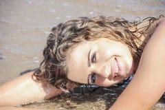 Красивый портрет девушки, на песке Стоковая Фотография RF