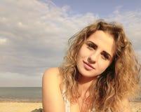 Красивый портрет девушки, на предпосылке моря Стоковое Изображение