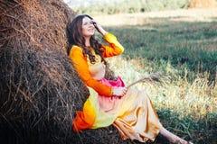 Красивый портрет девушки на сене Стоковая Фотография RF