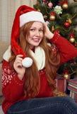 Красивый портрет девушки redhead в украшении рождества Интерьер дома с елью и подарками Канун Нового Годаа и зимний отдых co Стоковое Фото